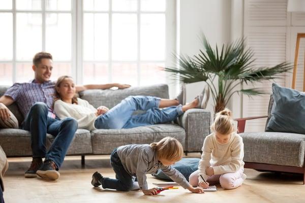 famiglia con bambini sul divano